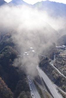 崩落事故があった中央道上り線の笹子トンネル入り口付近=山梨県甲州市で2012年12月2日午前10時59分、本社ヘリから