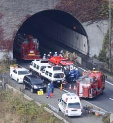 崩落事故があった中央自動車道上り線の笹子トンネル入り口から立ち上る煙=山梨県甲州市で2012年12月2日午前9時45分、本社ヘリから