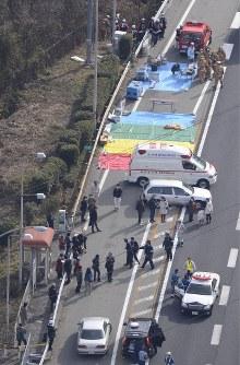 崩落事故があった中央道上り線の笹子トンネル出口付近=山梨県大月市で2012年12月2日午前10時31分、本社ヘリから