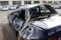 天井板が落下して大破した乗用車。車は追い越し車線を東京方面に走っていたという=大月市大月町の県警高速道路大月分駐隊駐車場で2012年12月2日、小田切敏雄撮影