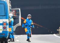 事故があった笹子トンネル前で救命活動にあたる山梨県警の警察官ら=山梨県甲州市で2012年12月2日午後0時13分、梅村直承撮影