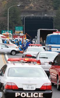事故があった笹子トンネル前で救命活動にあたる山梨県警の警察官ら=山梨県甲州市で2012年12月2日午前11時53分、梅村直承撮影