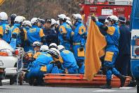 事故があった笹子トンネル前で救命活動にあたる山梨県警の警察官ら=山梨県甲州市で2012年12月2日午前11時54分、梅村直承撮影