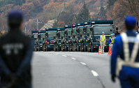 事故があった笹子トンネルに到着した土砂を積むためのたくさんのトラック=山梨県甲州市で2012年12月2日午後3時24分、梅村直承撮影
