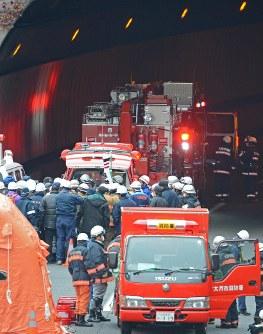 天井の一部が崩落した中央道笹子トンネルの出口に駆けつけた消防隊員と警察官ら=山梨県大月市で2012年12月2日午後1時58分、宮間俊樹撮影
