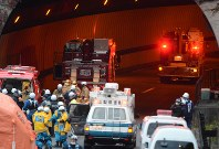 一部崩落した中央道笹子トンネル内に入っていく消防車両=山梨県大月市で2012年12月2日午後4時15分、宮間俊樹撮影
