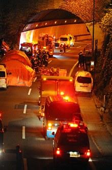 日没後も消防などによる救助活動が続く中央道笹子トンネル付近=山梨県大月市で2012年12月2日午後5時18分、宮間俊樹撮影