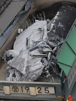笹子トンネルから搬出される、崩落した天井板と思われるコンクリートのがれき=山梨県大月市で2012年12月3日午後4時14分、手塚耕一郎撮影