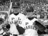 第56回選抜高校野球の京都西戦終了後、ベンチ前でポーズをとるPL学園・桑田(右)と清原=阪神甲子園球場で1984年3月31日