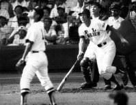 第56回全国高校野球の享栄戦三回でPL・清原が右越えに2ランを放つ。この試合、1試合個人3本塁打の新記録を樹立=甲子園球場で1984年8月10日撮影