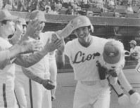 近鉄戦の初回、高卒ルーキー新記録の28号を放ちナインの祝福を浴びる西武・清原選手=西武球場で1986年9月27日撮影
