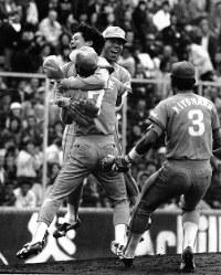 1986年度日本シリーズ広島との第8戦。引き分けのあと3連敗の西武が奇跡の4連勝で日本一に。優勝を決め、マウンド上で抱き合って喜ぶ(左から)工藤公康、石毛宏典(背番号7)、秋山幸二、清原和博(同3)=広島市民球場で86年10月27日