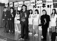 1986年の日本新語・流行語大賞「新人類」を代表して表彰を受ける西武の清原(中央)、工藤、渡辺選手(左へ)。右端は大衆賞の片岡鶴太郎氏=丸の内・東京会館で1986年12月1日撮影