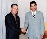 FA宣言後、巨人との入団交渉で初めて長嶋茂雄監督(左)と会談する清原=東京都港区の全日空ホテルで、1996年11月21日