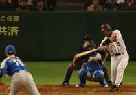 古巣・西武との日本シリーズ第1戦で松坂から左越えに2点本塁打を放つ巨人・清原=東京ドームで2002年10月26日、長谷川直亮写す
