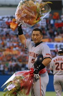 2000安打を達成し、贈られた花束を手に観客の声援に応える巨人・清原=神宮球場で2004年6月4日、手塚耕一郎写す