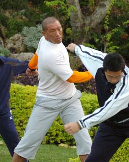 キャンプインの朝、宿舎前で体操するオリックス・清原=沖縄県宮古島市で2006年2月1日、北村隆夫写す