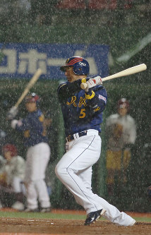 オリックスに移籍後、楽天戦で中前適時打を放つ清原=2006年03月28日、長谷川直亮写す