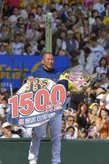 1500打点を達成し、記念の花束とプレートを手にファンの声援にほほえむオリックスの清原=阪神甲子園球場で2006年5月21日、小関勉写す