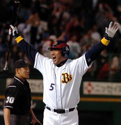 横浜との交流戦で九回裏1死満塁、逆転サヨナラホームランを放ったオリックス・清原=2006年05月27日、幾島健太郎写す