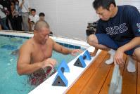 室内プールでリハビリをする清原和博=神戸市西区のオリックス室内練習場で2007年9月14日、懸尾公治撮影
