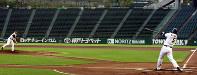 オリックスの清原(右)のバッティングコーチとして投球する元チームメイトの桑田さん=神戸市須磨区のスカイマークスタジアムで2008年7月29日、小川昌宏撮影