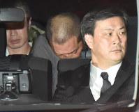 警視庁に入る清原和博容疑者(中央)=東京都千代田区で2016年2月3日午前2時15分、宮間俊樹撮影