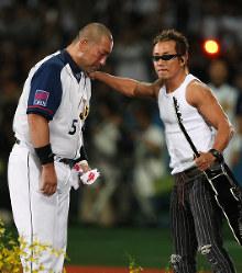 長渕剛さん(右)に励まされる清原=京セラドーム大阪で2008年10月1日、梅村直承撮影