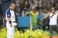 長渕さん(右)の歌に涙が止まらない清原=京セラドーム大阪で2008年10月1日、梅村直承撮影