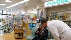 市販薬も含めた患者の服薬管理を薬剤師が行っている長野県内の薬局=2016年撮影