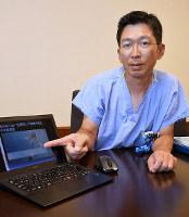 新たな治療法で使う専用クリップの画像を示す細川忍医師=徳島県小松島市の徳島赤十字病院で、大坂和也撮影