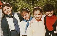 4年生当時のヌーフさん(左端)と同級生。アニメ「ちびまる子ちゃん」に夢中だった=イラク・バグダッドで1998年撮影、ヌーフさん提供