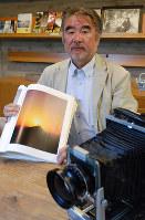 会心作「東大寺 洛陽」を手にする若松保広さん=奈良市登大路町の飛鳥園で、大川泰弘撮影