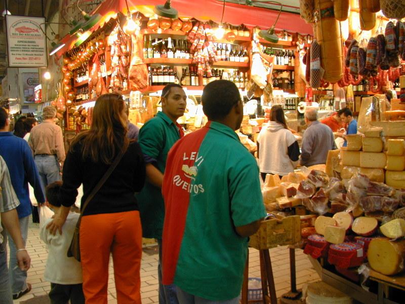 買い物客でにぎわうサンパウロ市営市場