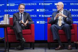 批判を受けるポールソン(右)、ガイトナーの両元財務長官