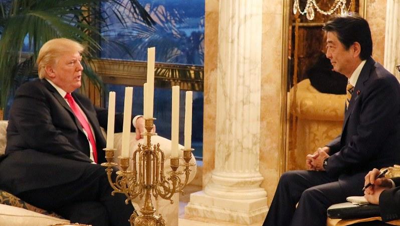 米ニューヨークにあるトランプタワーで意見交換する安倍晋三首相とトランプ米大統領=2018年9月23日(内閣広報室提供)