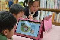 電子絵本を楽しむ子どもたち=東京都千代田区立四番町図書館で2015年2月6日
