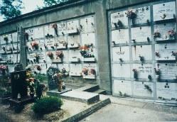 イタリアでは宗教上の復活思想のため10年後にお墓を掘り返し、遺骨を小さな棺に入れて壁型墓地に埋葬する=イタリア・フィレンツェの壁型墓地で