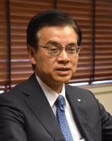 インタビューに応じる住友金属鉱山の野崎明社長=東京都港区で、横山三加子撮影