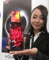 シャープが自社製の有機ELパネルを搭載して開発した新商品「アクオスゼロ」=東京都港区で2018年10月3日午後0時18分、小坂剛志撮影