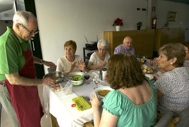 みんなで集まる昼食時のテーブルセッティングと配膳。毎日、誰かしらがボランティアで行う。(トラベンソルで)(撮影=篠田有史)