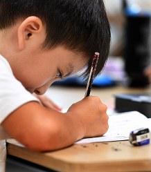 「みなと子ども食堂」が開いている学習支援教室で勉強する小学2年生=東京都港区で2018年9月5日、丸山博撮影