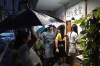 同級生で誘い合って「だんだん ワンコインこども食堂」に毎週訪れる小学生。この日は雨のため約40人だった=東京都大田区で2018年9月20日、丸山博撮影