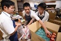 運営を手伝う高校3年、真鍋太隆(たいりゅう)さん(18)=左=は、近藤さんが開いた学習支援教室に小学生のときに通ったことがある。恩返しのために2年前から来ていて、「ここで居場所を与えてもらった」と話す。同級生の高良昌辰さん(18)=右=は「子どもに教えられることも多く、楽しい」=東京都大田区の「だんだん ワンコインこども食堂」で2018年9月20日、丸山博撮影