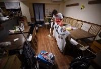 みんなが帰った後、遅くまで残って一人で掃除する近藤さん。「人のことを思いやる社会になってほしい。私にはこんなことしかできないので、やっているだけなんです」=東京都大田区の「だんだん ワンコインこども食堂」で2018年9月20日、丸山博撮影