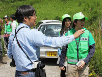 村田准教授(左)から指導を受けるメンバー