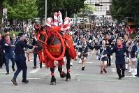 藤崎宮例大祭の神幸行列で馬追いを披露する勢子たち=熊本市中央区で2018年9月16日午前9時14分、城島勇人撮影