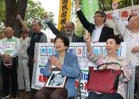 祈るように名古屋高裁の建物を見つめる岡美代子さん(手前左)。岡さんの右は、袴田事件の袴田巌元被告の姉秀子さん=名古屋市中区の名古屋高裁前で2018年10月4日午後0時47分、野村阿悠子撮影