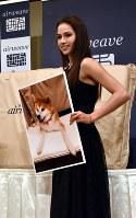 愛犬のマサル用ののマットレスを贈呈されたアリーナ・ザギトワ=さいたま市内で2018年10月4日午後5時21分、福田智沙撮影