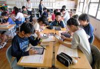 健康の大切さについてタブレット端末で調べる児童=和歌山市吹上1の和歌山大教育学部付属小学校で、山成孝治撮影